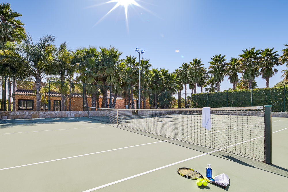 Januar2021-Anwesen-Tennisplatz