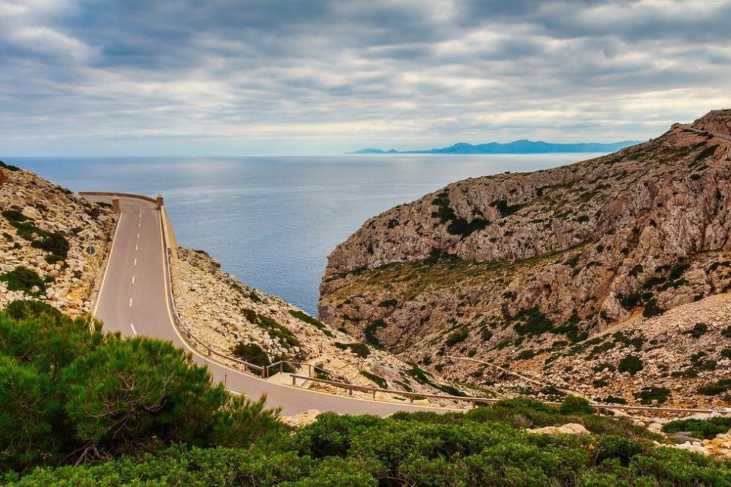 Mallorca-november-strasse-berge-kueste-winter