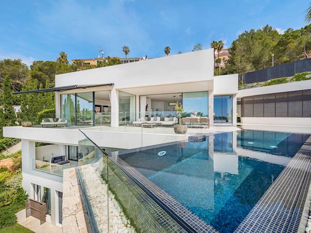 Luxus Villa mit Designer Infinity Pool – Immobilie des Monats April 2021